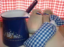 melkpannetje/sauspannetje - donkerblauw & witte bloemen - 450 ml