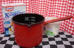 maatbeker-steelpan - rood & spikkeltjes - 1,5 liter